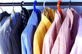 Mistura cor de camisa e gravata em cabides — Foto Stock