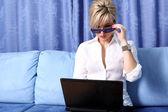 žena s poznámkový blok — Stock fotografie