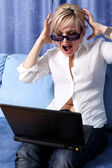 Kvinna med anteckningsboken i rum — Stockfoto