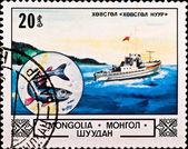 Selo postal mostra barco e peixe — Fotografia Stock