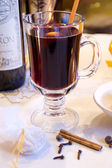 Mulled red wine in a glass mug — Foto Stock