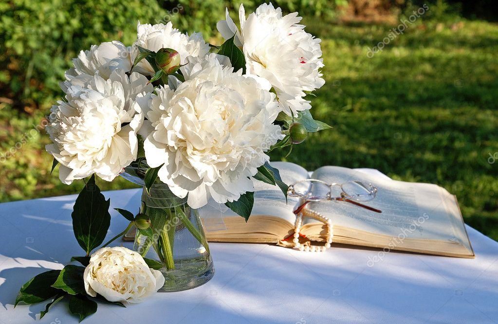 un bouquet de fleurs de pivoine blanche photographie tanya emsh 1032525. Black Bedroom Furniture Sets. Home Design Ideas