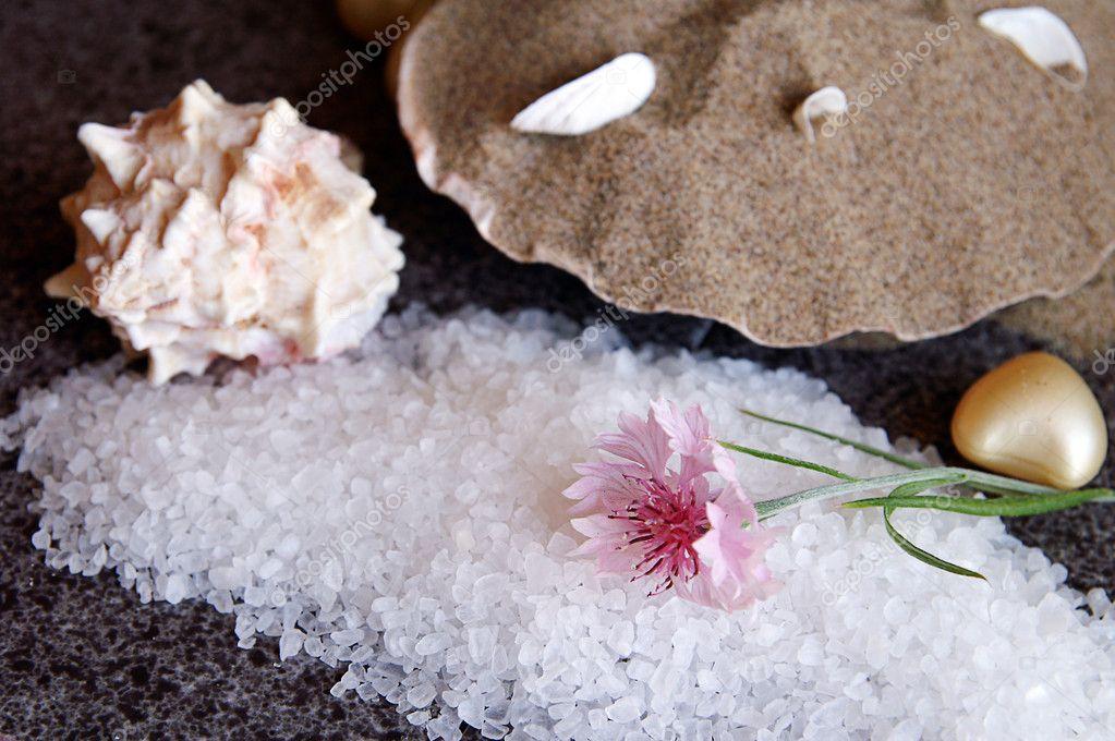 Sale di mare bagno su pavimenti in granito nero — foto stock ...