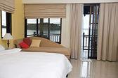 Luxus schlafzimmer mit blick auf meer. — Stockfoto