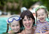 Familie hebben rest in zwembad. — Stockfoto