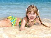 快乐的女孩在海上海滩. — 图库照片