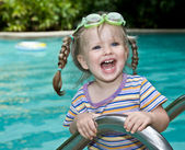Baby in goggles leaves pool. — Foto Stock