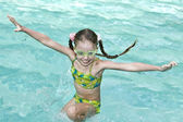 Girl in goggles learn swiml. — Foto Stock