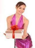 白のギフト用の箱を持つ女性. — ストック写真