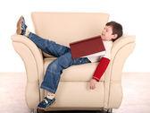 Divertido menino dormir com livro. — Fotografia Stock