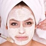 Kosmetikerin machen Maske Mädchen — Stockfoto