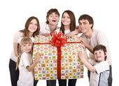 Família feliz com caixa de presente. — Foto Stock