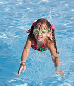 Girl in goggles learn swim. — Foto Stock