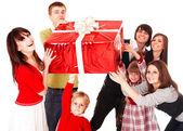 Família feliz com caixa de presente vermelha. — Fotografia Stock