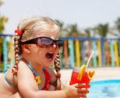 Fille enfant en verre de lunettes de soleil. — Photo