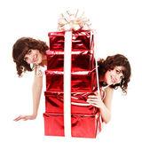 Grupa dziewczyna bliźniaki z czerwone pudełko. — Zdjęcie stockowe