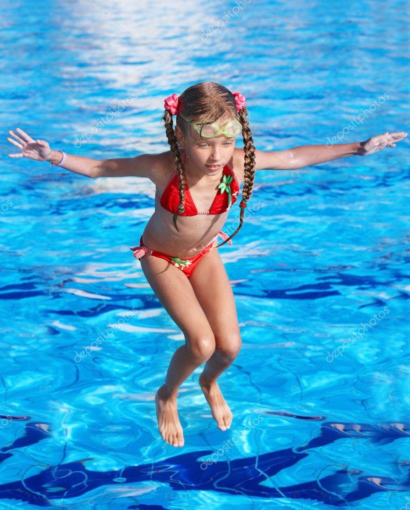 Сняли девочек в бассейне 2 фотография