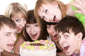 Grupo de adolescentes comemorar aniversário. — Foto Stock