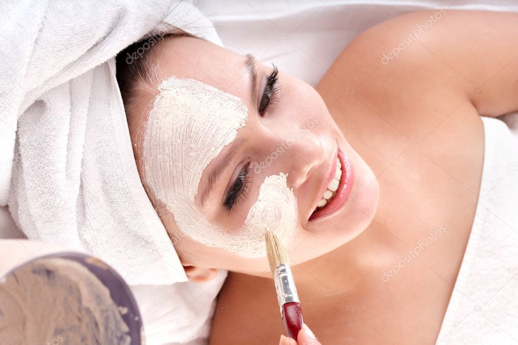 Cosmetician make mask to girl in spa. Facial massage. — Stock Photo #2280759