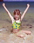 Chica de emoción en la costa del mar. — Foto de Stock
