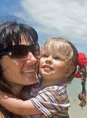 Mujer en gafas de sol y bebé. — Foto de Stock