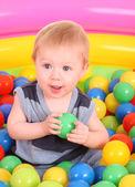 Födelsedag av roliga pojke i bollar. — Stockfoto
