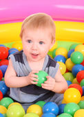 Verjaardag van leuke jongen in de ballen. — Stockfoto