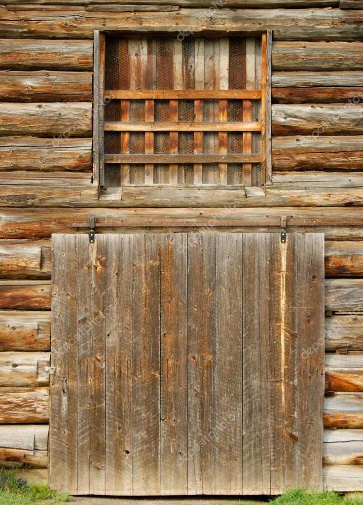 железная дверь в сарай с решеткой