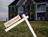 Foreclosure Sign by house — Zdjęcie stockowe