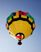 Hot air balloon soaring into the sky — Stock Photo