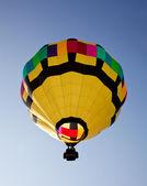 Hot air balloon soaring into the sky — Stock Photo