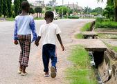 Meninos africanos na estrada — Foto Stock