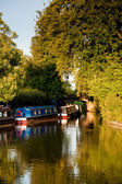 Canal barcazas se reflejan en un canal tranquilo — Foto de Stock