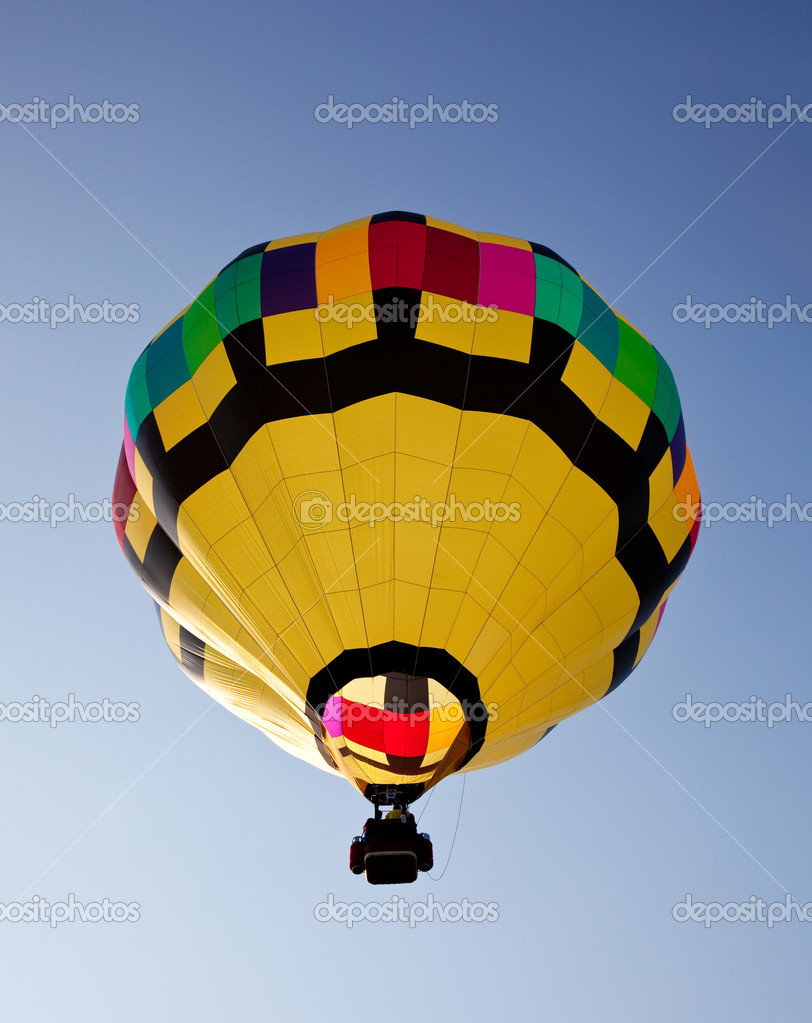 Yellow hot air balloon soaring skyward towards the sun — Stock Photo #1022386