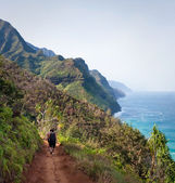 Female Hikers on Kalalau Trail Kauai — Stock Photo