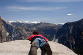 Young hiker lying prone over Yosemite — Stock Photo