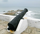 Elmina castle rusty gun overlooking ocea — Stock Photo