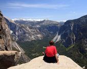Hiker overlooking Yosemite view — Stock Photo