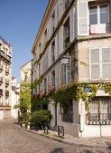 Stary, brukowanej uliczce w dzielnicy montmartre w pari — Zdjęcie stockowe