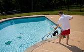 Muž čištění bazénu — Stock fotografie