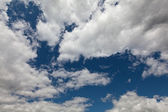 The dark blue sky with cumulus clouds — Stock Photo