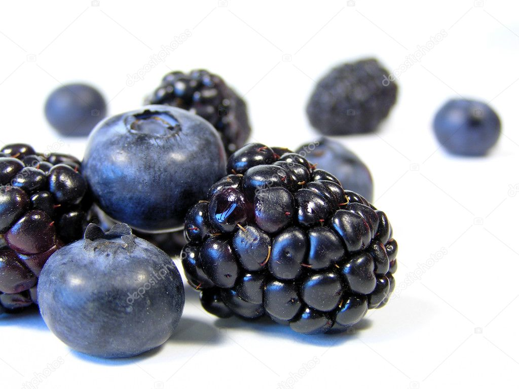 Closeup of blueberries and blackberries isolated on white — Stock Photo #1029976