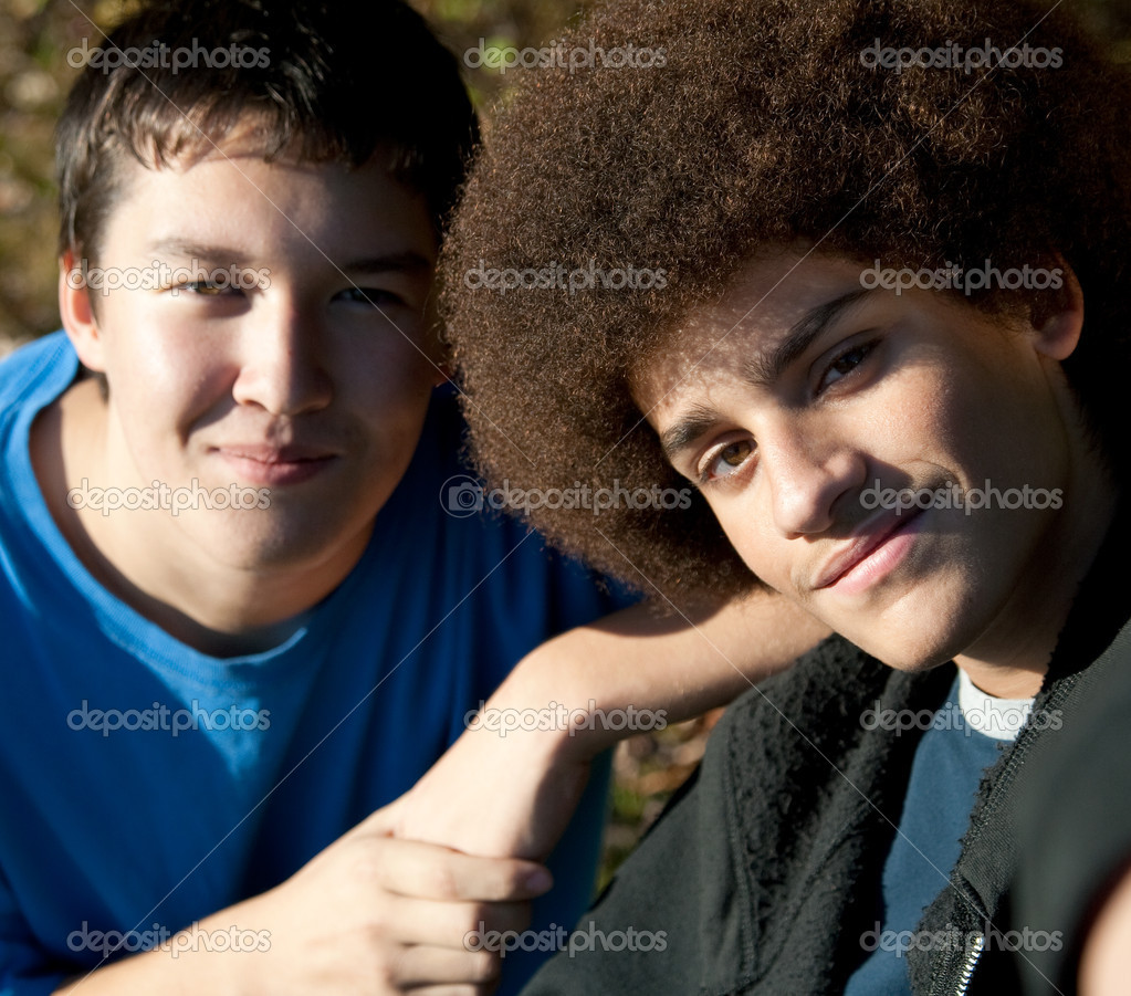 Two mixed-race teens pose for the camera on a sunny day — Stock Photo #1098262