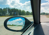 Mira en el espejo retrovisor — Foto de Stock