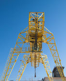 The building crane against the blue sky — Stock Photo