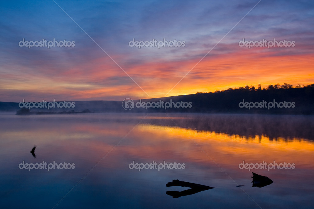 Beautiful romantic sunset over a calm lake — Stock Photo #2675145