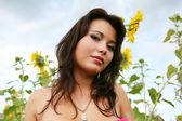 Mulher com girassóis — Fotografia Stock