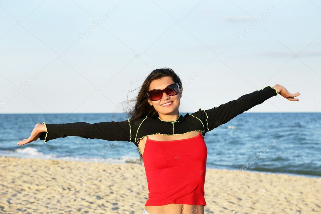 The young woman on the beach. — Stock Photo #1057875