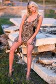 Blond flicka klädd i en klänning — Stockfoto