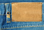 Lege lederen label op blue jeans. — Stockfoto